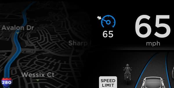 L'écran situé derrière le volant lorsque le mode Autopilot est activé