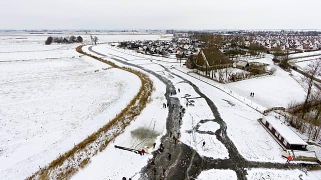 200 kilomètres de course sur les canaux, rivières et lacs gelés de la région de Frise