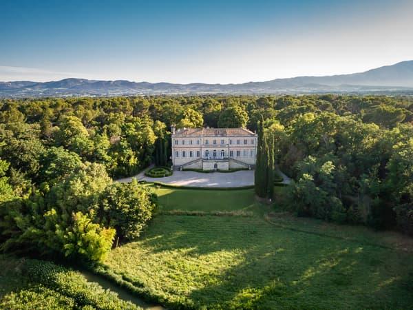 Cet établissement de sept chambres et trois dépendances est niché dans un château initialement construit au XVIIIe siècle.