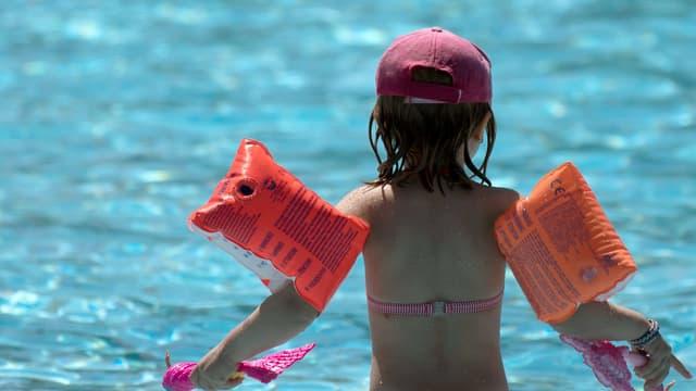 Un enfant au bord d'une piscine - Image d'illustration