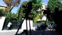 Caméras postées devant la propriété de Liliane Bettencourt à Neuilly-sur-Seine. Une perquisition a été menée mercredi au domicile de l'héritière de L'Oréal, dans le cadre de l'enquête menée par le juge Isabelle Prévost-Desprez sur les accusations d'abus d