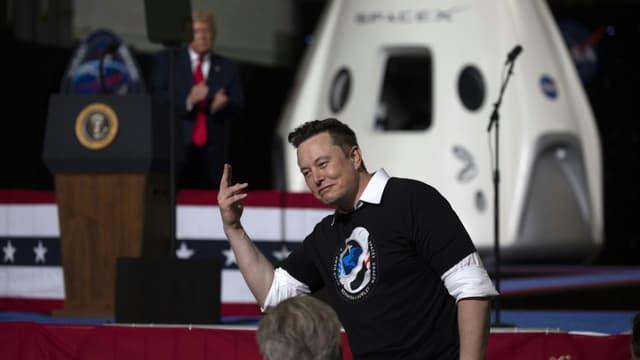 Elon Musk salue le 30 mai 2020  après le succès du lancement de la capsule Crew Dragon depuis Cap Canaveral