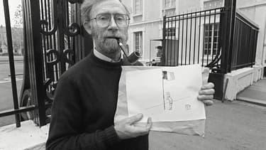 Le dessinateur et journaliste Piem le 21 novembre 1981 à Tours, où il présente ses illustrations destinées à être éditées dans un manuel militaire, à la demande du ministre de la Défense Charles Hernu.