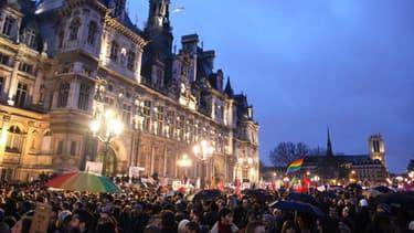 """Quelque 5.000 personnes se sont rassemblées devant l'Hôtel de ville de Paris contre """"l'homophobie""""."""