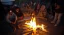 A Ercis, lundi. Par un froid glacial, plusieurs dizaines de milliers de personnes ont passé une deuxième nuit sous des tentes en toile, dans des voitures ou agglutinées autour de quelques feux dans l'est de la Turquie ravagé par un séisme dimanche. /Photo