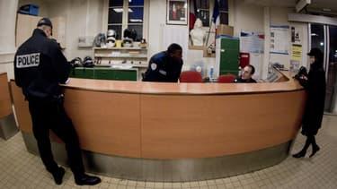 Des policiers accueillent une femme dans un commissariat parisien, le 6 février 2012 (photo d'illustration).