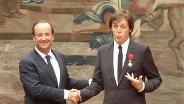 Paul McCartney décoré de la Légion d'honneur par François Hollande en septembre 2012, à l'Elysée.