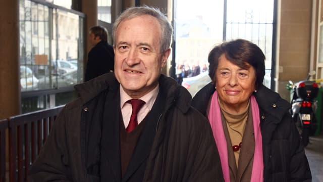 L'ancien maire de Paris Jean Tibéri (G) et sa femme Xavière à leur arrivée dans un bureau de vote au second tour des élections municipales de 2008