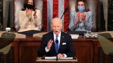 Le président américain Joe Biden (c) s'adresse au Congrès, à Washington, le 28 avril 2021