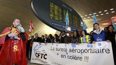 Manifestation d'agents de sécurité à l'aéroport Roissy-Charles-de-Gaulle, jeudi. Les agents de sécurité aéroportuaires ont voté samedi matin la poursuite de la grève qui perturbe depuis plus d'une semaine les aéroports français. Réunis en assemblée généra