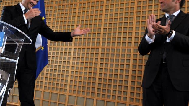 Le nouveau ministre de l'Economie Emmanuel Macron (d.), ce mercredi 27 août à Bercy lors de sa passation de pouvoir avec Arnaud Montebourg (g.).