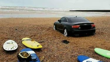 Samedi matin, cette Audi a été découverte par les membres d'une école du surf, ensablée à Olonne-sur-mer, en Vendée.