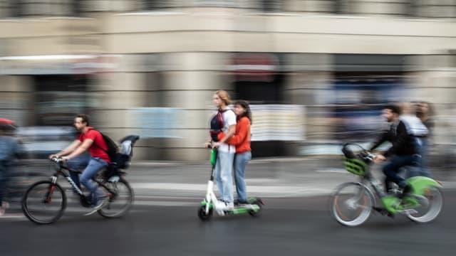 Trottinette et vélos dans Paris (image d'illustration).