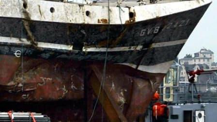 """L'épave du """"Bugaled Breizh"""", lors de son remorquage dans le port de Brest. Un sous-marin nucléaire d'attaque (SNA) américain pourrait s'être trouvé le 15 janvier 2004 dans la zone du naufrage du chalutier, qui avait entraîné la mort de cinq marins-pêcheur"""