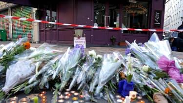 Des fleurs devant le restaurant la Casa Nostra, le 15 novembre 2015