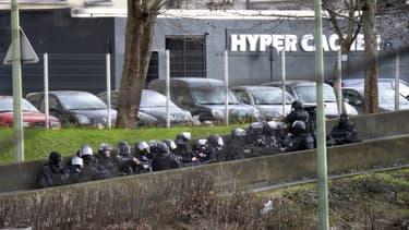 Les forces de police se préparent à donner l'assaut de l'épicerie Hyper Cacher, le 9 janvier 2015.