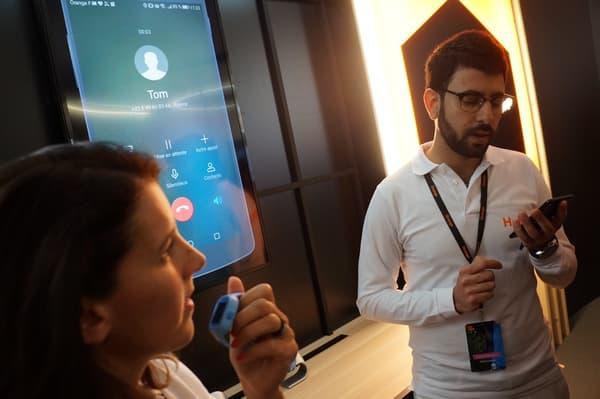 L'enfant peut passer des appels sur le réseau mobile d'Orange grâce à la carte SIM placée dans la montre.