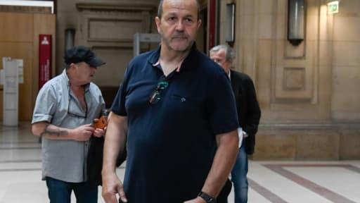 Le nationaliste corse Pierre Paoli (C) arrive à la cour d'assises de Paris le 11 juin 2018