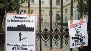 Des affiches appelant à ne plus voter pour le parti socialiste, sur les grilles de la rue Solférino, le 7 juin 2016 à Paris