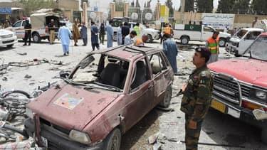 Les alentours d'un bureau de vote de  la ville de Quetta ont été dévastés par l'attaque d'un kamikaze, le 25 juillet