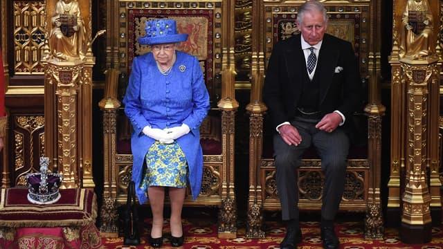 La reine Elizabeth II et le prince Charles au Parlement britannique, le 21 juin 2017.