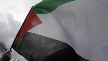 Drapeau palestinien. Nicolas Sarkozy se déclare prêt à reconnaître un Etat palestinien si le processus de paix avec Israël est toujours au point mort en septembre prochain, dans une interview accordée à L'Express. /Photo d'archives/REUTERS/Osman Orsal