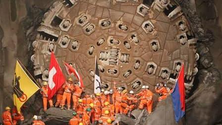 """Des mineurs autour du tunnelier """"Sissi"""", une foreuse de dix mètres de diamètre. La dernière partie du tunnel le plus long du monde a été percée vendredi en Suisse sous le massif du Gothard après une douzaine d'années de travaux. Le tunnel ferroviaire, d'u"""