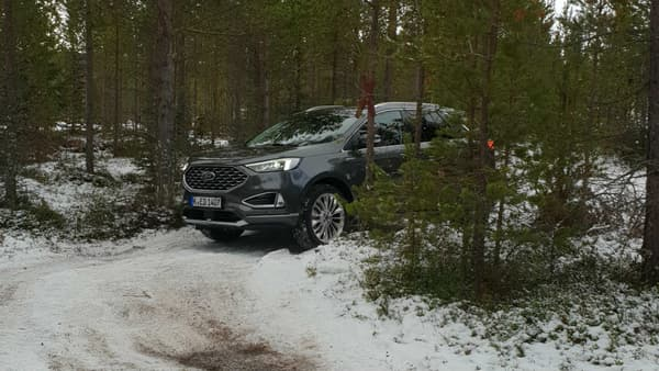 Malgré son gabarit, le Ford Edge se faufile avec aisance dans ce sous-bois enneigé.