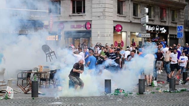 Visée par des projectiles, la police a répliqué par des tirs de gaz lacrymogènes.
