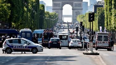 L'assaillant des Champs-Elysées s'est effondré en sortant de son véhicule.