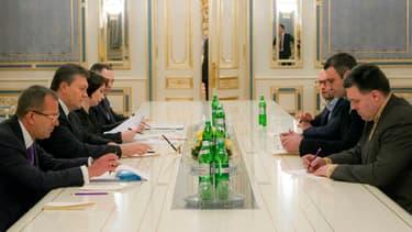 Le président ukrainien Viktor Ianoukovitch avec les opposants Arseni Iatseniouk, Vitali Klitschko et Oleg Tiagnibok, lors d'une réunion samedi 25 janvier.