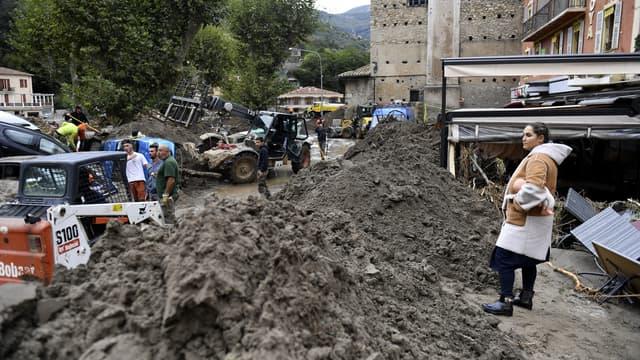 Des sinistrés à Breil-sur-Roya (Alpes-Maritimes), après des crues hors normes, le dimanche 4 octobre 2020.