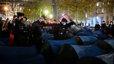 Un campement de migrants délogé par la police place de la Republique à Paris le 23 novembre 2020