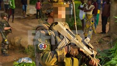 Des soldats de l'armée française portent sur leur uniforme un patch aux références nazies explicites, comme on le voit ici.