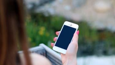 Sur leur smartphone, les Français profitent de l'heure du déjeuner et de la première partie de soirée pour chercher un emploi.