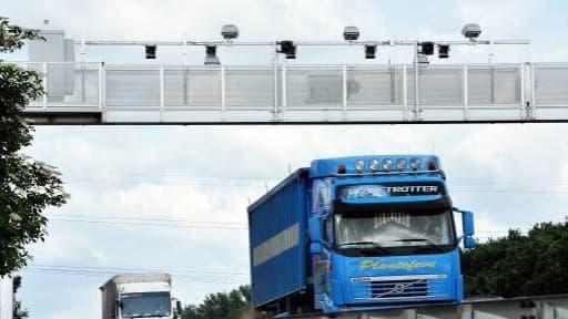 En taxant les poids lourds, l'Ecotaxe devait servir à financer des modes de transport plus verts.