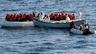 Des membres de la marine italienne viennent en aide à des migrants au large de la Méditerranée, le 27 juin 2016.