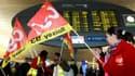 Manifestation des agents de sécurité à l'aéroport Roissy Charles-de-Gaulle, en région parisienne. Des policiers ont épaulé jeudi les agents de sécurité non grévistes dans cet aéroport pour faciliter le contrôle des passagers, mesure qui a suscité de forte