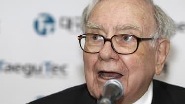 """Le milliardaire Warren Buffett, 82 ans, a envoyé son premier tweet jeudi, gagnant plus de 45.000 adoptes en moins de 45 minutes. """"Warren est dans la place"""", a déclaré """"le sage d'Omaha"""" sous l'adresse """"@WarrenBuffett."""" /Photo d'archives/REUTERS/Truth Leem"""