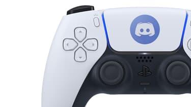 Une manette PlayStation 5 avec le logo de Discord (montage)