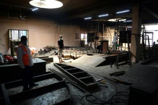 Des employés réparent des installations du crématorium électrique, le 3 juin 2020 sur le site du Nigambodh Ghat à New Delhi