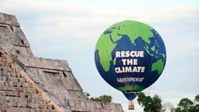 Une mongolfière de Greenpeace survole le site maya de Chichen Itza, près de Cancun au Mexique. Les représentants de près de 200 pays se retrouvent à partir de lundi, et ce jusqu'au 10 décembre, dans la cité balnéaire mexicaine pour tenter de s'entendre su