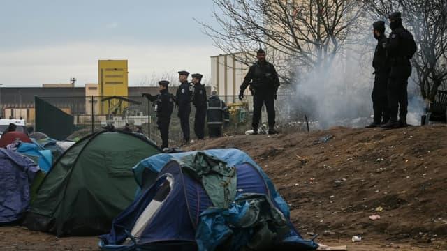 Des gendarmes patrouillent près d'un camp de migrants à Calais en novembre 2019