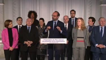 Edouard Philippe entouré d'une partie du gouvernement après un comité interministériel sur la déradicalisation.