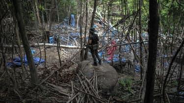 Un militaire observe un camp abandonné à la frontière avec la Thaïlande.