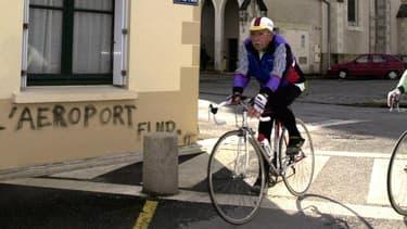 Des cyclistes à Notre-Dame-des-Landes en 2000.