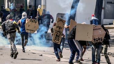 Des activistes de l'opposition pendant une manifestation contre le président socialiste Nicolas Maduro, à Caracas au Venezuela le 28 juillet 2017.