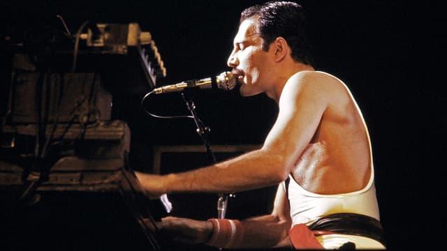 Le leader de Queen, Freddie Mercury, en concert à Paris en septembre 1984