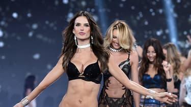 Le final du défilé Victoria's Secret 2014, mené par Alessandra Ambrosio et Adriana Lima