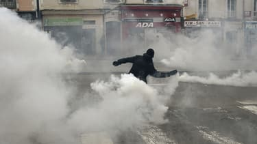 Un manifestant renvoie aux forces de l'ordre une grenade lacrymogène, à Rennes, le 17 mai. (Illustration)